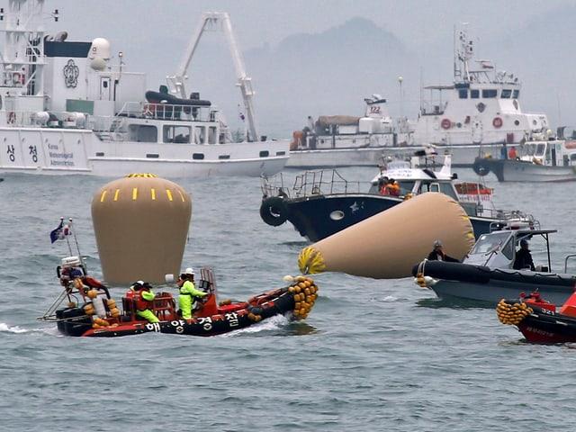Im Gelben Meer vor der südkoreanischen Küste suchen die Rettungskräfte weiter nach den 270 Vermissten der gesunkenen Fähre «Sewol». (keystone)