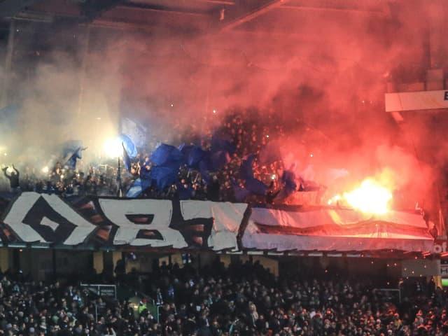 Der HSV-Fanblock brennt