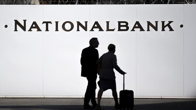 Passanten gehen an der Baustelle vor der Schweizerischen Nationalbank vorbei.