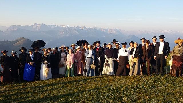 Gruppenbild mit Männern und Frauen in historischen Kostümen.