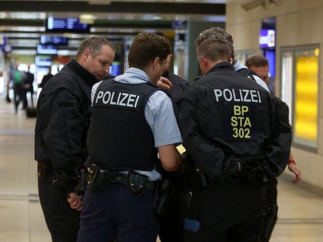 Polizei im Kreis.