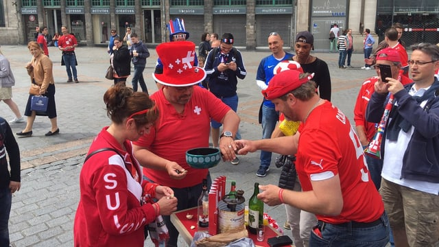 Fans svizzers preparan in Fondue amez ina plazza a Lille