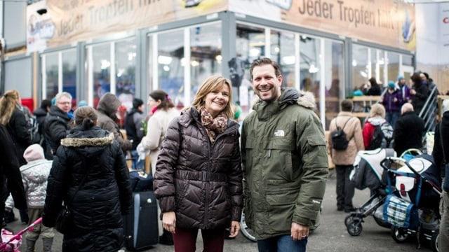 Frau und Mann vor Glasbox