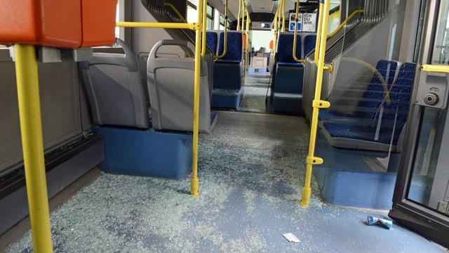 Der Boden eines VBL-Busses mit Scherben übersäht.