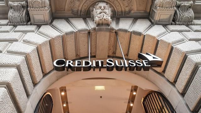 Entrada da la Credit Suisse cun logo.