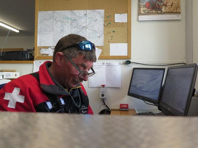 Mann sitzt vor Computer.