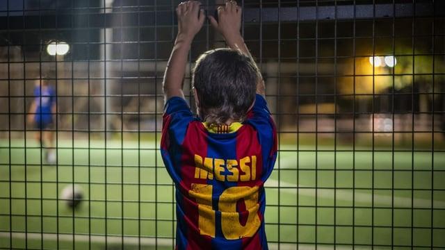 Kleiner Messi-Fan hinter einem Zaun