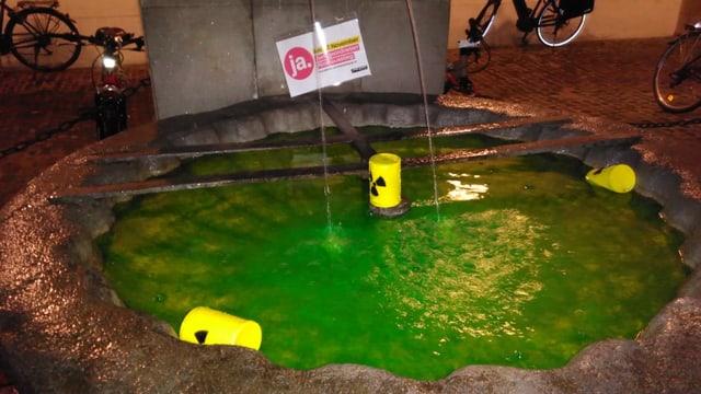 Grünes Wasser in Brunnen
