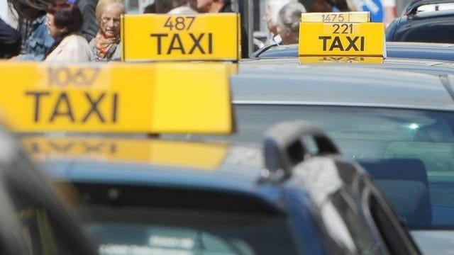 Taxifahrer warten am Bahnhof auf Kundschaft.