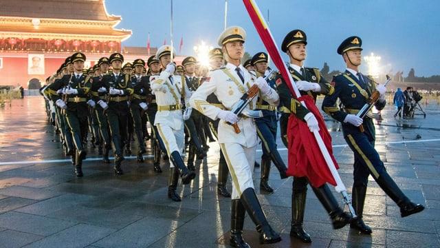 Peking am 71. Nationalfeiertag: Soldaten der Volksbefreiungsarmee begleiten die Fahne von der Verbotenen Stadt zum Tienanmen-Platz.