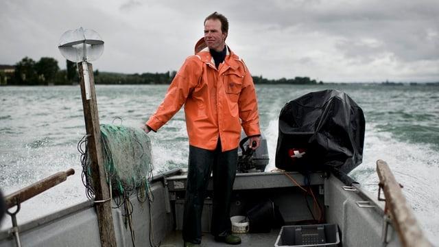 Berufsfischer Reto Leuch fährt im Sommer 2011 mit seinem geringen Egli Fang wieder Richtung Anlegestelle.