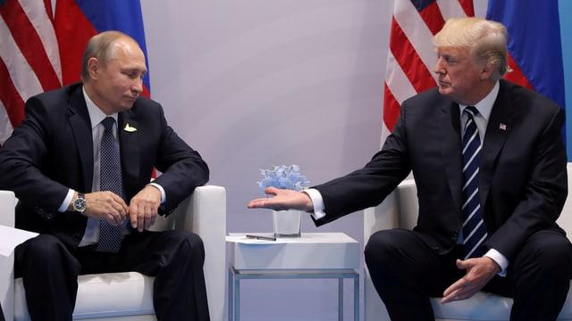 Trump und Putin auf Sesseln.