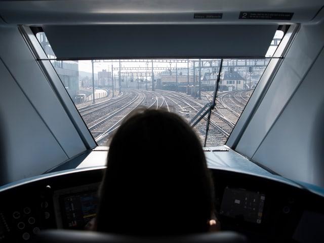 Aus dem Führerstand hinaus Blick auf die Schienen