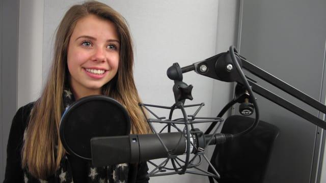 Das Mädchen Chiara Castelli hinter dem Mikrophon.