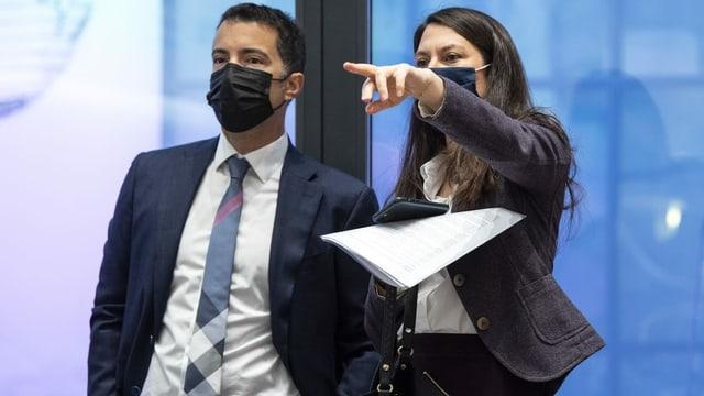 Nationalrätin Tiana Angelina Moser (rechts) und Ständerat Andrea Caroni (links) stehen mit Mund-Nasenschutz nebeneinander.