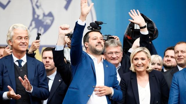 Salvini, Le Pen, Wilders und Co. stehen in einer Reihe und lachen und winken.
