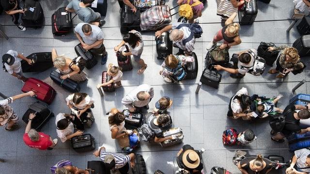 Flugpassagiere warten am Flughafen Zürich