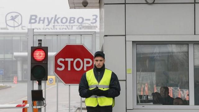 Logo von Flughafen, Stoppschild, Sicherheitsmann.