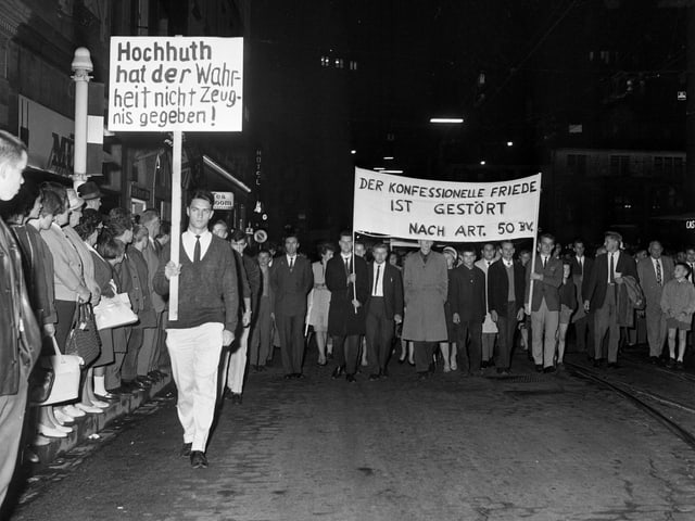 Schwearzweiss-Bild: Demonstranten mit Transparenten