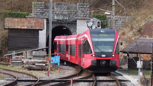 Ein Zug fährt aus einem Tunnel