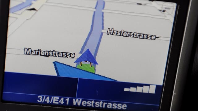 Der Bildschirm eines Navigationsgerätes in einem Auto zeigt eine Region in Zürich an.