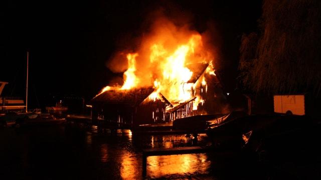 Die Häuser brennen licherloh.