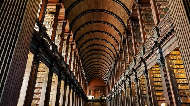 Blick in die lange Halle der Bibliothek der Universität Trinity College in Dublin
