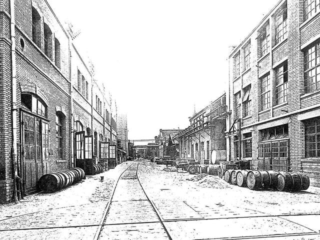 Industriegebäude und Fässer, die am Boden liegen