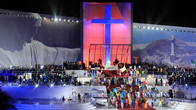 Riesige Bühne mit Kreuzsymbol im Hintergrund