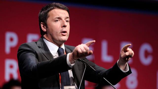 Renzi auf einem Podium: er gestikuliert und benutzt dabei beide Arme.