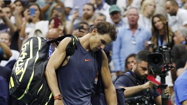 Rafael Nadal banduna il plaz da tennis