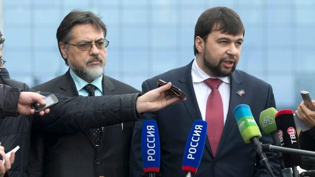 Die Separatisten-Führer Denis Puschilin und Wladislaw Deinego sprechen mit Journalisten.