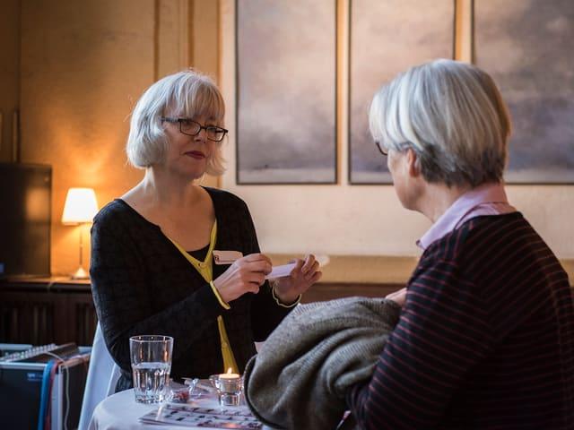 Barbara Hummel begrüsst einen Gast.