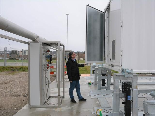 Der Geschäftsführer von Hydrospider, Thomas Fürst, öffnet bei der Abfüllstation einen Transport-Container.