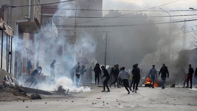 Personen auf der Strasse und brennende Molotow-Cocktails.
