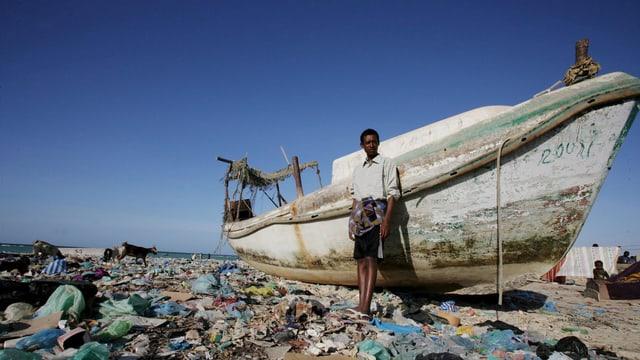 Ein Äthiopier steht neben einem jener Boote, mit denen die Flüchtlinge von Bosasso nach Jemen fahren.