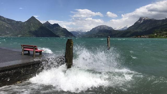 In Buochs peitschte der Föhnwind die Wellen ans Ufer.