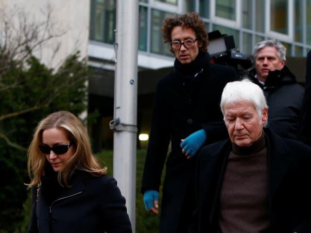 Meike, Lars und Anton Schlecker verlassen das Gericht.