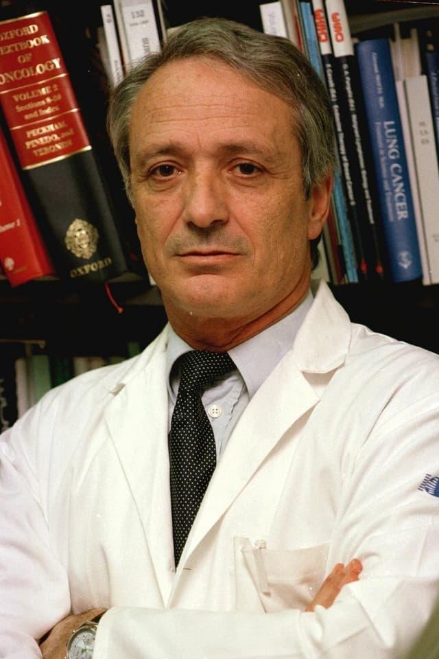 Franco Cavalli vor Bücherwand