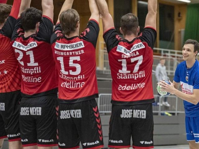Die Handballer von BSV stellen eine Mauer.