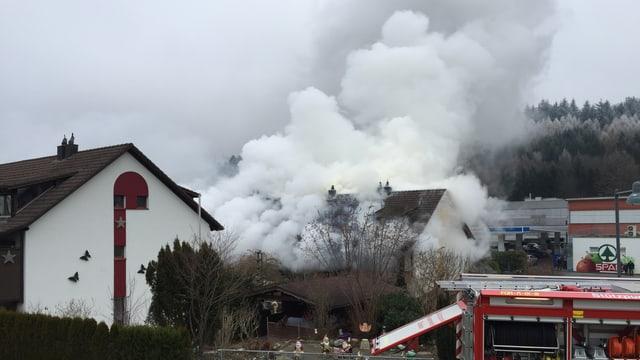 Eine riesige Rauchwolke steigt aus dem Mehrfamilienhaus. Feuer ist nicht zu sehen.