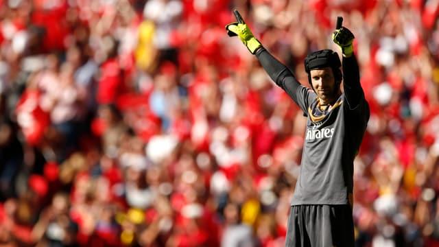 Petr Cech streckt beide Zeigefinger in die Höhe.
