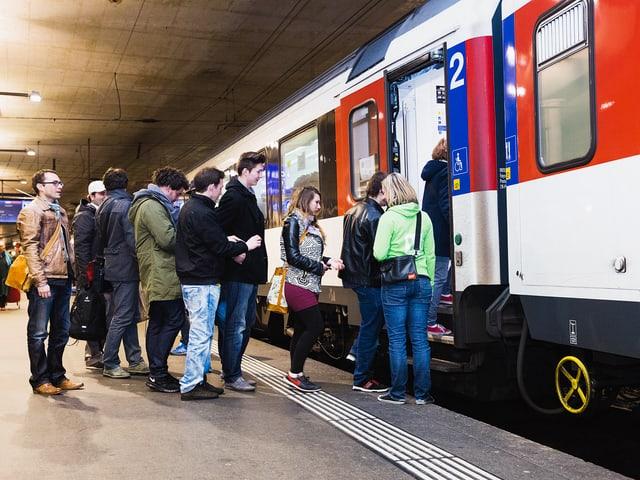 Entrar en il tren cun urden e maniera
