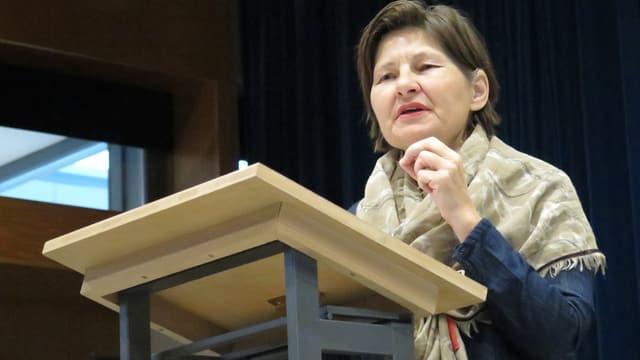 Elsbeth Müller hält eine Rede.