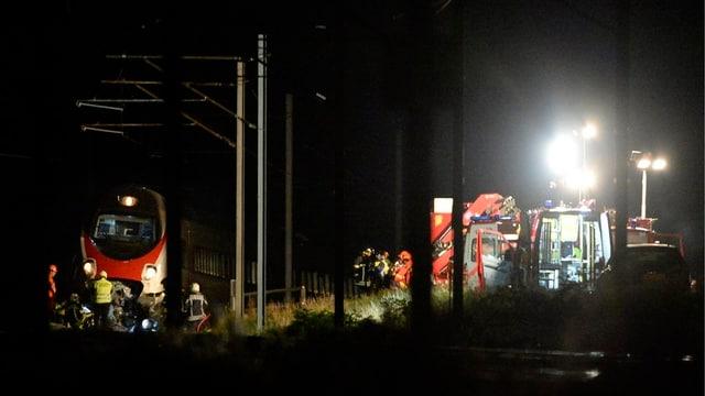 Rettungsleute in der Nacht