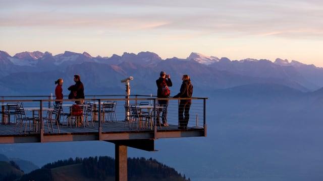 Menschen stehen auf einer Aussichtsplattform auf der Rigi.