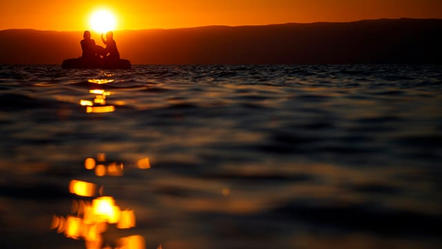 Gummiboot vor Sonnenuntergang