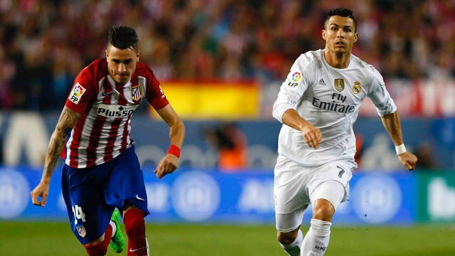 Atleticos Gimenez im Laufduell mit Reals Cristiano Ronaldo.