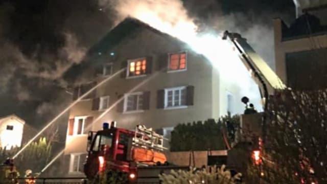 Ein brennendes Haus in Flüelen.