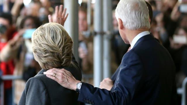 Hillary und Bill Clinton von hinten.